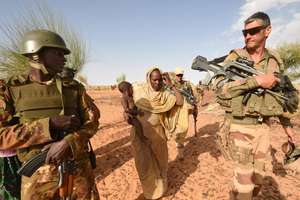 Un soldat malian si un soldat francez din cadrul misiunii Barkhane
