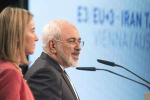 Federica Mogherini, sefa diplomatiei europene, si ministrul de externe iranian Mohammad Javad Zarif