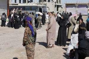 Civili plecînd din Raqqa pe 16 octombrie 2017.