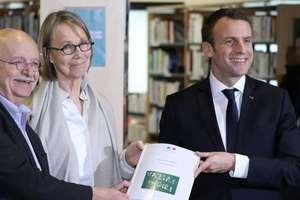 Scriitorul Erik Orsenna (stînga) înmînînd doamnei Françoise Nyssen (centru) si lui Emmanuel Macron un raport legat de biblioteci