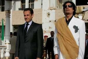 Nicolas Sarkozy în calitate de presedinte al Frantei în vizita la Tripoli, primit de Mouammar Ghadaffi, 25 iulie 2007