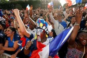 Scenă de entuziasm în rîndurile suporterilor echipei de fotbale franceze la recentul Campionat Mondial.