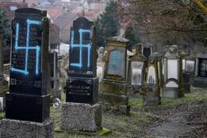80 de morminte profanate în cimitirul evreiesc de la Quatzenheim (Bas-Rhin), la nord-vest de Strasbourg.