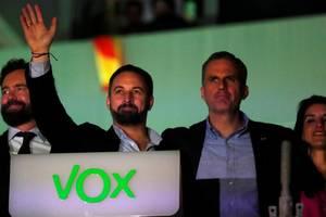 Liderul partidului de extrema dreaptă Vox, Santiago Abascal, salutînd-şi suporterii pe data de 10 noiembrie 2019 la Madrid.