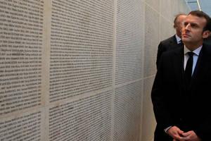 Memorialul Holocaustului de la Paris, preşedintele Emmanuel Macron vizitînd Zidul Numelor, 27 ianuarie 2020