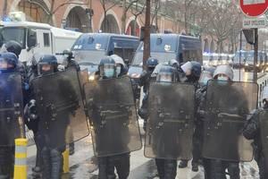 """Politisti încadreazà o manifestatie contra proiectului de lege zisà """"a securitàtii globale"""", Paris, 16 ianuarie 2021."""