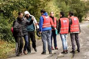 Membrii ai Oficiului Francez de Imigratie si Integrare discutînd cu migranti în localitatea Grande-Synthe, lînga Dunkerque