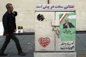Afişe pot fi văzute pe străzile din Teheran pentru alegerile legislative din 21 februarie 2020.