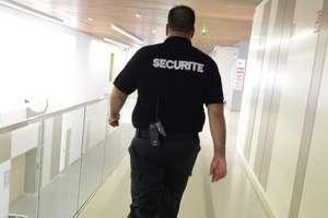 Un agent de securitate pe culoarele spitalului european din Marsilia