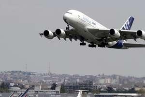 Un Airbus A380 decoleazà de la Toulouse pentru un zbor test în aprilie 2010