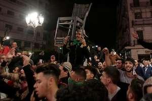 Ambiantà festivà la Alger în seara de 11 martie 2019, dupà anuntul presedintelui Abdelaziz Bouteflika