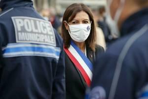Anne Hidalgo, primàrita socialistà a Parisului, înmâneazà diplomele primilor politisti municipali.