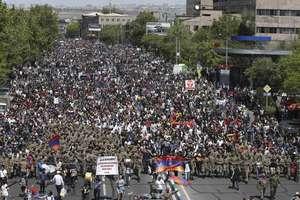 Armenii au cerut pe strazile din Erevan demisia premierului Serge Sarkissian, 23 aprilie 2018