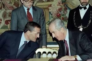 Fotografie de arhivà, din 15 noiembrie 1994, în care apar premierul Edouard Balladur (dreapta) si ministrul sàu al apàràrii, François Léotard (stânga).