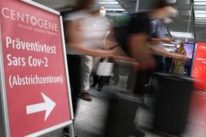 Calatori asteapta sa se testeze într-un centru situat pe aeroportul din Frankfurt. Centrul a fost creat de Lufthansa si Fraport.