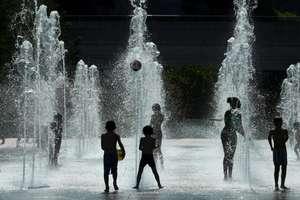 Copii jucându-se cu apa în parcul André Citroën din Paris