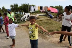 """Cap, Africa de Sud, copii cărora li se explică cum trebuie respectată """"distanţa socială"""", 17 aprilie 2020"""
