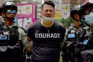 Manifestant arestat la Hong Kong pe întîi iulie 2020.