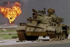 Tanc de fabricaţie sovietică abandonat în deşertul din Kuweit de aramata irakiană în aprilie 1991.