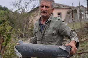 Fragment de obuz tras de forţele azerbaidjaneze asupra oraşului Martuni din Nagorno Karabah, pe 28 septembrie 2020.