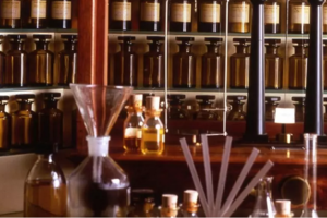 Laborator de creator de parfumuri la Grasse.