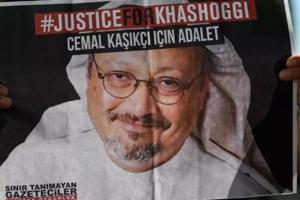 Manifestanţi în faţa consulatului de la Istanbul al Arabiei Saudite care cer justiţie pentru jurnalistul Jamal Khashoggi.