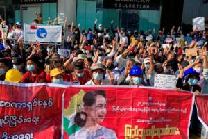 Rangoon, protestatari cerînd eliberarea doamnei Aung San Suu Kyi, februarie 2021.