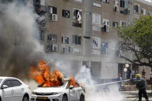 Maşină lovită la Ashkelon, în sudul Israelului, de o rachetă trasă din enclava Gaza.