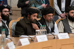Lideri talibani, în frunte cu molahul  Abdul Ghani Baradar, la negocierile de la Doha, 18 martie 2021.