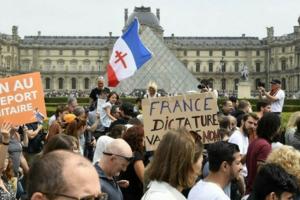 Protestatari anti-vaccin la Paris pe 17 iulie.