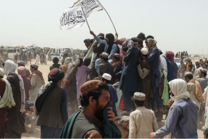 Drapelul taliban arborat la Chaman, la frontiera cu Pakistanul, iulie 2021