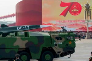 Defilare militară cu racheta hipersonică Dong Feng 17 în octombrie 2019 în Piaţa Tiananmen, Pekin.