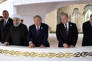 De la stânga la dreapta: presedintii Ilham Aliyev (Azerbaidjan), Hassan Rohani (Iran), Nursultan Nazarbaiev (Kazakhstan), Vladimir Putin (Rusia), Gurbanguly Berdymukhamedov (Turkmenistan), la summitul de la Aktau, în Kazakhstan, pe 12 august 2018.