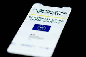 Certificat de vaccinare anti-Covid-19 poate fi observat pe un smartphone.