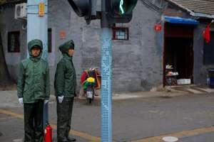 """""""Voluntari"""" la o intersectie în partea veche a capitalei Beijing unde se deschide pe 18 octombrie al 19-lea Congres PCC"""