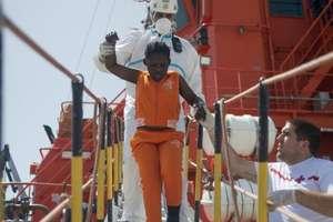 Crucea Rosie vine în ajutorul unei fetite ajunse în portul spaniol Algesiras, 21 iulie 2018. Vasul pe care se afla micuta avea la bord 110 persoane.