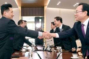 Delegatii Coreei de Nord (stânga) si omologii din Sud (dreapta) îsi stâng mâinile în timpul reuniunii din Panmunjom, 17 ianuarie 2018