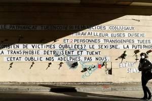 Militantele au lipit numele celor 111 victime ale feminicidelor din Franta, în 2020, pe peretii unei stràzi din capitala Frantei.