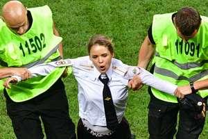 Fetele de la Pussy Riot au intrat pe terenul de joc la finala Campionatului Mondial de Fotbal, meci disputat între Franta si Croatia, în Rusia