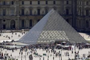 Piramida de la Luvru, imagine din iulie 2019.