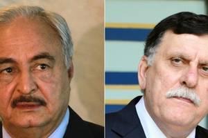 Generalul Khalifa Haftar (s) si presedintele Consiliului libian, Fayez al-Sarraj (d).