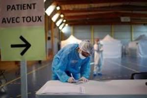 Sală de sport transformată în centru de consultaţii la Taverny, lîngă Paris.