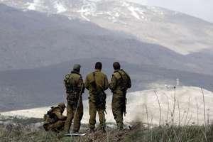 Soldati israelieni privind în directia Siriei de pe platoul Golan.