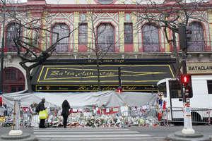 În atacurile teroriste din 13 noiembrie 2015 din Paris si Saint Denis au murit 131 de oameni iar peste 400 au fost raniti. Unul din atacuri a vizat sala de concerte Bataclan în care au murit 90 de oameni.