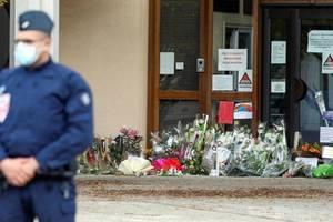 In fata scolii din Bois d'Aulne, la Conflans Sainte Honorine, acolo unde preda profesorul decapitat pe 16 octombrie.