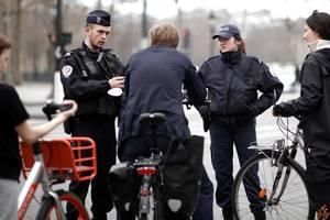 În Franța, polițiști controlează trecători pentru a observa dacă au justificatiful de deplasare pe perioada carantinei generale, în încercarea de a limita propagarea coronavirusului.