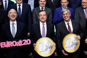 În prim plan, comisarul european Pierre Moscovici, presedintele Bancii Centrale Europene - Mario Draghi si presedintele Eurogrup - Mario Centeno, pe 3 decembrie 2018, Bruxelles.