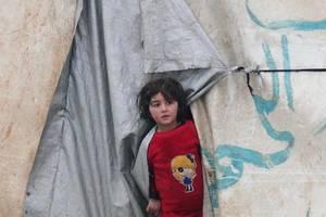 În timp ce coalitia fortelor siriene ale regimului Assad si cele rusesti câstiga teren în regiunea Idleb, populatia civila fuge din calea bombardamentelor. Aici este o tabara de lânga frontiera turca, 13 februarie 2020.