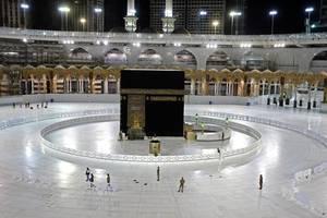 Interiorul moscheii de la Mecca, locul ce aduna milioane de pelerini din întreaga lume, în vremuri normale. Atât de multi doritori sunt că Arabia Saudită a impus o cotă pentru fiecare stat musulman în funcție de care poate primi pelerini.