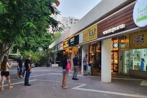 Israelieni asteapta în fata unui magazin alimentar sa intre pentru a face cumparaturi, 22 septembrie 2020.JPG